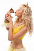 Glamour girl kisses small dog chihuahua — Zdjęcie stockowe