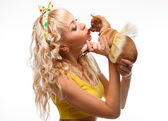 Glamour girl kisses small dog chihuahua — Stock Photo