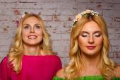 Portret two blondes. one very happy as the second closed her eyes — Stock Photo