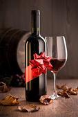 Excellent vin avec ruban et verre à vin — Photo