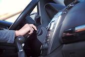 Kobieta od silnika samochodu — Zdjęcie stockowe