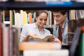 Students searching for books at the library — Foto Stock