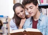 Amigos estudiar juntos — Foto de Stock