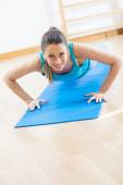 Attractive woman doing push-ups — Stock Photo