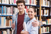 Teen students at the library — Foto Stock