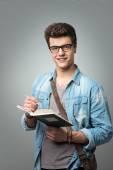 Étudiant en lisant un livre — Photo