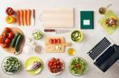 自宅で料理創造的なベジタリアン — ストック写真
