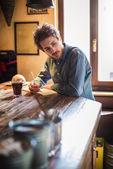 Joven diseñador de dibujo durante su almuerzo — Foto de Stock