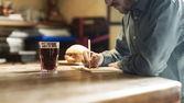 Genç tasarımcı onun öğle yemeği molası sırasında çizimi — Stok fotoğraf