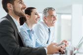オフィスでの会議を持っているビジネス人々 — ストック写真