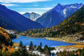 Lake in autumn mountains — Stockfoto