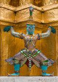 The colourful giant statue around golden pagoda at Wat Phra Si Rattana Satsadaram (Wat Phra Kaew), Bangkok — Stock Photo