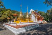 Twin golden pagoda in front of Buddhist church at Wat Phra Thart — Stockfoto