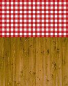 Fundo de madeira tradicional com vermelho de toalha de mesa branco — Fotografia Stock