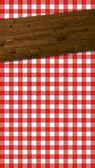 Geruite tafelkleden rood-wit met houten balken — Stockfoto