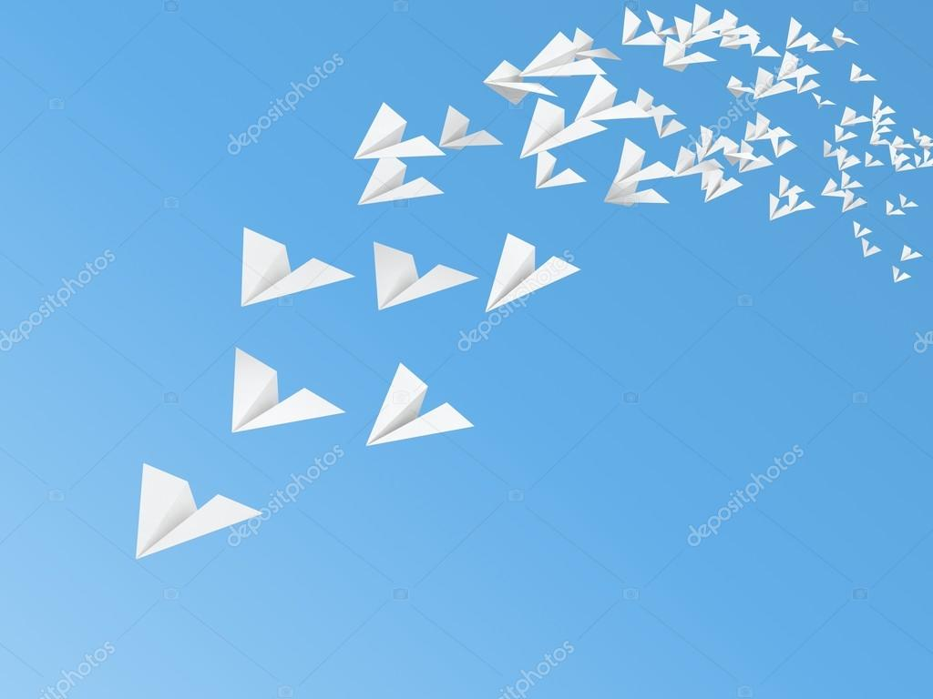 飞在天空上的白色纸飞机模型