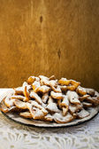 Cookies, sprinkled with powdered sugar, in a plate — Stock Photo