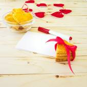 Card with blank Letter and Cookies in the Shape of Heart at Vale — Stockfoto