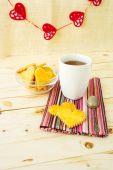 Biscotti di pasticceria a forma di cuore con la tazza di tè — Foto Stock