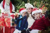 クリスマス パーティー、幸せな子供とお母さんの表示ギフト — ストック写真