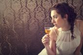 Dreaming woman drinks a glass of excellent Scotch whisky — Stock Photo