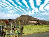 Small market in front of the ruins of Teotihuacan — Stock Photo