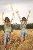 Friends celebrate nature and their freedom — Stock Photo