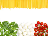 The Italian flag made up of fresh vegetables and spaghetti — Stock Photo