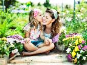 Mom and daughter have fun in the work of gardening — Zdjęcie stockowe