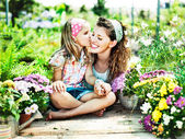 Mom and daughter have fun in the work of gardening — Foto Stock