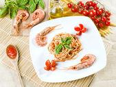 Mediterranean kitchen, spaghetti, shrimp, tomatoes, basil and oil — Stock Photo
