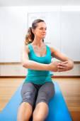 Ung kvinna att göra fitnessövningar sträcker sig — Stockfoto