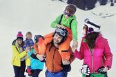 两个家庭,与孩子们在雪地里走 — 图库照片