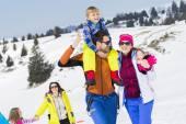 Twee gezinnen met kinderen walking in de sneeuw — Stockfoto