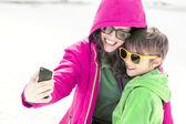Matka i syn, co selfie — Zdjęcie stockowe