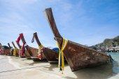 Barco de cauda longa na bela praia de areia da Tailândia — Fotografia Stock