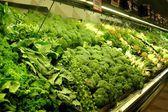 Vegetais verdes em um carrinho de mercado — Fotografia Stock