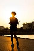 跑步运动员脚在道路上运行。女人健身剪影苏 — 图库照片