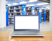 Laptop med blank skärm på bordet i biblioteket. — Stockfoto