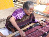 Old lady weaving Flores Indonesia — Stock Photo