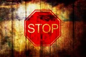 Stop sign on grunge wood background — Stock Photo