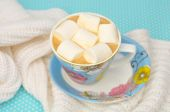 Coffee with marshmallows in a blue cup on a white knitted woolen — Stock Photo