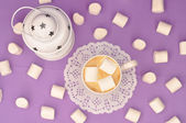 Coffee with marshmallows in a purple mug and white Christmas lan — Stock Photo