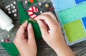 Making of handmade christmas tree toys from felt — Stock Photo