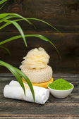 Natural green sea salt, towel and hygiene items for bath and spa — 图库照片