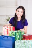 女の子クリスマス プレゼントの袋を準備する幸せな笑顔 — ストック写真