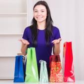 微笑快乐女孩准备袋礼物为圣诞节 — 图库照片
