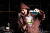 Alchemist in chemical laboratory prepares magical liquids — Fotografia Stock