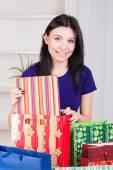 Dívka připravuje dárky k Vánocům — Stock fotografie