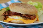 English muffin with fried egg, bacon and cheese — Stock Photo